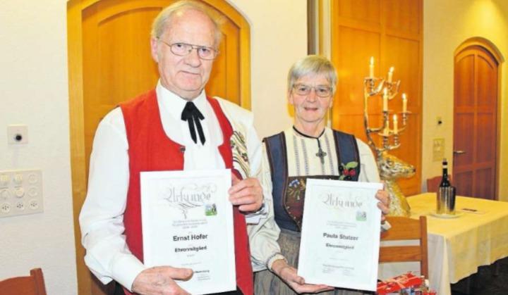 Verdiente Ehre: die beiden neuen Ehrenmitglieder Ernst Hofer und Paula Stutzer. (Bild PD)