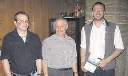 Die Neumitglieder: Präsident Toni Suter übergibt den beiden Neumitgliedern Alex Immoos und Walter Kamer die Statuten.