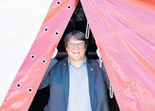 Der Zirkuspfarrer Adrian Bolzern ist zu 50 Prozent für die Stiftung mit Sitz in Baar tätig. (Bilder PD/CH Media, Alex Spichale/Philipp-Neri-Stiftung)