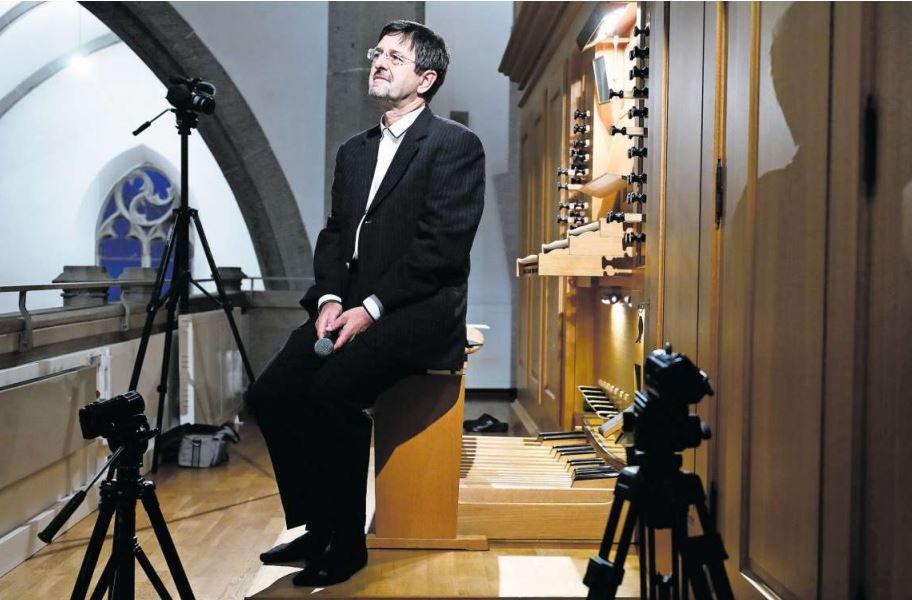 Der Organist Miklos Arpas spielte ein Konzert auf der Empore, das live in den Kirchenraum übertragen wurde. (Bild Stefan Kaiser)