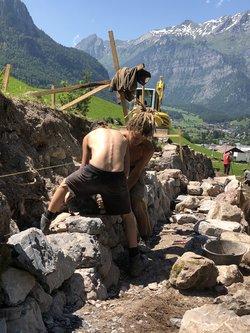 Zivildienstleistende bauen Trockenmauern in Ennenda