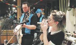 Adi, Schnidläuchel und die Sängerin June holten das Publikum mit Klassikern und Gassenhauern musikalisch ab. Bild zvg
