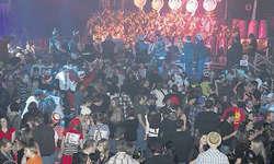 Grossandrang bei Guuggenauftritt: In der Turnhalle Rubiswil war kaum mehr ein Durchkommen, wenn stündlich eine Guuggenformation auf der Bühne den Rhythmus setzte. Bild Christoph Jud