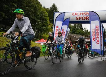 Velofahren macht glücklich: Teilnehmer im Startort Linthal