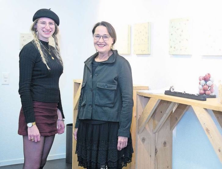 Goldschmiedehandwerk und Malerei: Cina Felicitas LuFràn und Karin Brunner im Baarer Atelier. (Bild Maria Schmid)