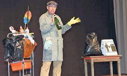 Veri, der Abwart plus: Unbeholfen und mit holpriger Sprache, doch mit einem grossen Wissen zum Zeitgeschehen unterhält Thomas Lötscher alias Abwart Veri die Gäste im «Eggeli»-Saal in Sattel. Bild Christoph Jud