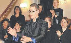 Alexander Seidel und seine Sänger zeigten ein grossartiges Konzert. Das Publikum dankte ihm und den Mitmusizierenden mit einem langen, herzlichen Schlussapplaus. Bild Bettina Schärlinger