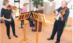 Sorgten mit ihrer Musik für frühlingshafte Stimmung im Alterszentrum am Etzel: (v. l.) Elisabeth Weber-Erb an der Violine, Benedicte Haid am Klavier und Rudolf Weber an der Bratsche. Bild Janine Jakob