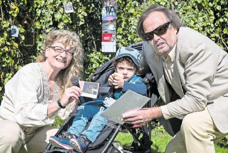 Das Malpola vom kleinen Jano und seiner Mutter wurde in Grabs SG aufgefunden und zurückgeschickt. Die Performancekünstlerin Zaboo überreicht Jano und seinem Grossvater das Kunstwerk. (Bild PD)