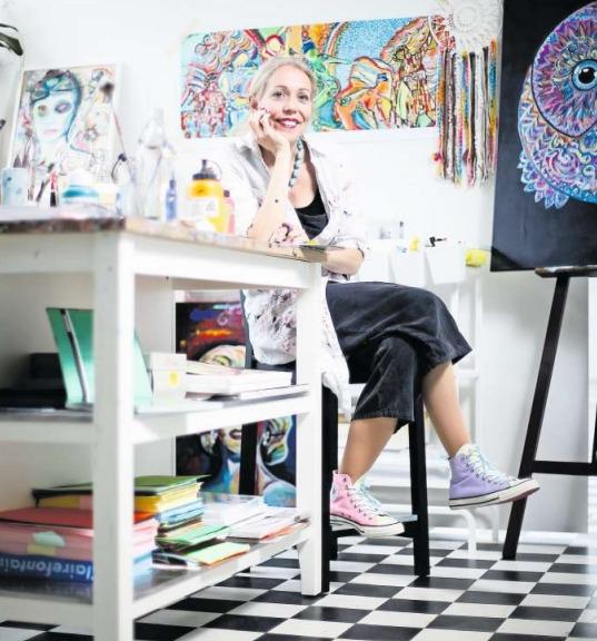 Sie mag es bunt: Andrea Roder in ihrem Atelier. (Bild Stefan Kaiser)
