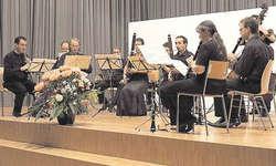 Hochkarätig: Neun Bläser, Violoncello und Kontrabass spielten eine Serenade von Dvorák. Bild Veronica Schilliger