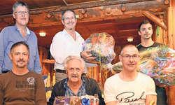 Die geehrten Musikanten (vorne): Josef Heinzer senior (Mitte) mit den Söhnen Koni (links) und Sepp Heinzer. Hinten von links: Kari Betschart, Roland Betschart und Thomas Bürgler. Bild: Guido Bürgler