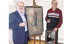 Markus Hürlimann (links) und Erich Ketterer mit Staffelei, Schemel und Malerkiste des Künstlers: In der Hand das Porträt einer seiner Töchter. Bild Patrick Kenel