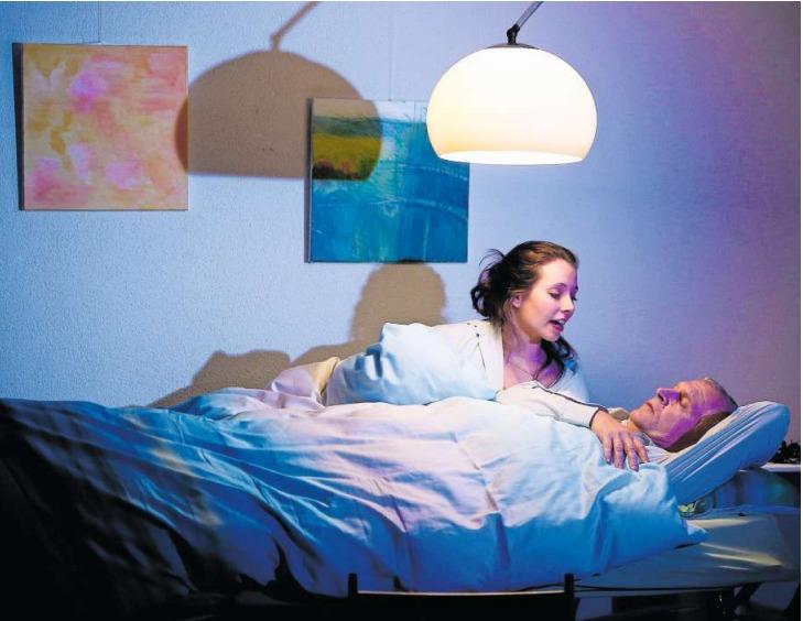 Initiativgegner Arno Leupi (Klaus Hengstler) teilt mit der Lehrerin Irene (Stefanie Joller) Tisch und Bett. (Bild Stefan Kaiser)
