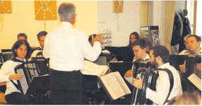 Mit einem abwechslungsreichen Konzert brachten die Musikanten des Akkordeon-Orchesters Wollerau viel Freude mit verschiedenen Werken ins Alterszentrum am Etzel in Feusisberg. Bild Bettina Schärlinger