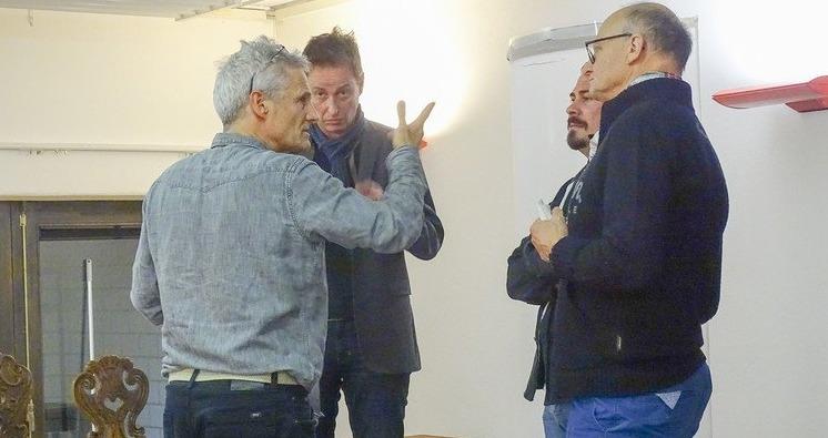 Regisseur Yves Raeber (rechts) sagt, wie er es gerne auf der Bühne hätte. (Bild: sib)