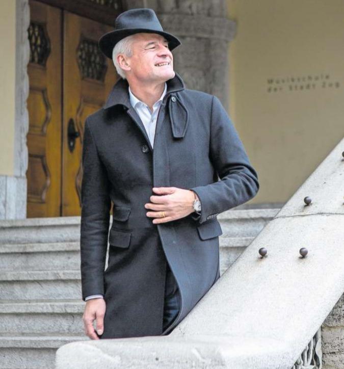 Matthias Michel vor der Musikschule Zug, einem Ort, der in seinem Leben immer wieder eine wichtige Rolle gespielt hat – und immer noch spielt. (Bild Patrick Hürlimann)