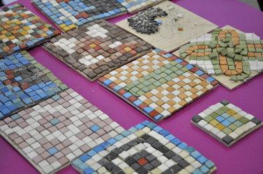 Muster aus farbigen Steinen - Bastle dein eigenes Mosaik