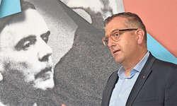 Der Schwyzer Bildungsdirektor Michael Stähli an der Vernissage: «Die Erinnerung an einen grossen Komponisten wachhalten». Bild Josias Clavadetscher