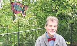 Jan Leenknegt mit einer der bunten Fischskulpturen, die momentan auf der Schwanau ausgestellt werden. Bild Patrick Kenel