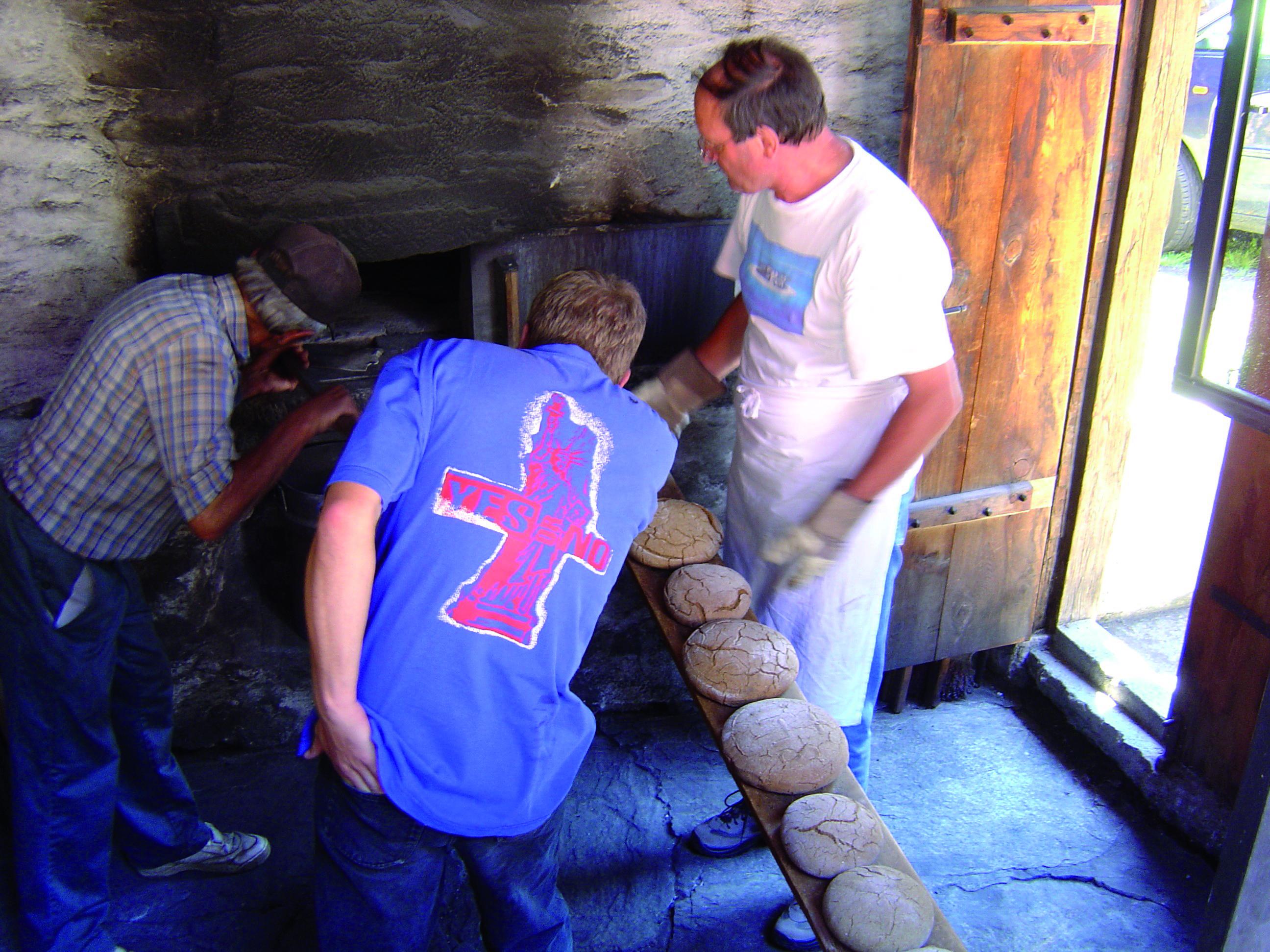 Brotbacken im Dorfbackofen von Blatten