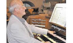 Felix Gubser: Ein Meister an der Arbeit auf der Arther Orgel. Bild Walter Eigel