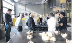 Beim Atelierbesuch erhielten die Mitglieder des Architektur Forums Schwyz Einblick in das Schaffen des Bildhauers Bernhard Annen. Bild zvg