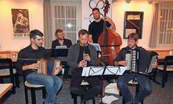 Robin Mark (Schwyzerörgeli), v.l. begleitet als Gastmusiker im Rahmen des Projekts «Schwyzer Ländlerfundus» die Kapelle Gläuffig, mit Lukas Gernet (Klavier), Mathias Landtwing (Klarinette), Pirmin Huber (Kontrabass) und Fränggi Gehrig (Akkordeon). B