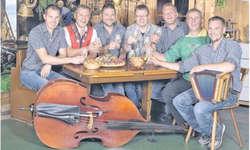 Wisi Züger (Schwyzerörgeli, re) mit seinen Mit-Musikern: (v. l.) Bruno Rogenmoser (Schwyzerörgeli), Philipp Mettler (Bass/E-Bass), Ruedi Moser (Bass/E-Bass), Marcel Zumbrunn (Schwyzerörgeli), Martin Reichmuth (Chlefelä/Bödelä), Albert Grab (Schwyze