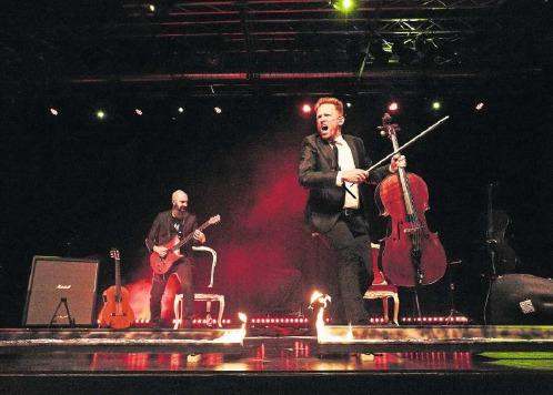 Phil Seeholzer (links) und Chris Krebs begeisterten das Publikum in der Chollerhalle. (Bild Jakob Ineichen)