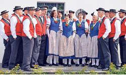 Jubiläum beim Jodlerklub Illgau: Franz Betschart (links aussen) hat mit Ausnahme der Gründungsversammlung die ganze 50-jährige Vereinsgeschichte miterlebt. Bild Guido Bürgler
