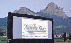 Ein Freiluftabend im Wintersried: Das «Bote»-Open-Air-Kino lockte heuer erneut viele Zuschauer nach Ibach. Bild Josias Clavadetscher