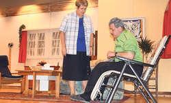 Bald ist die Ruhe vorbei: Käthi Roth (Elisabeth Schmid) und ihr Ehemann Rolf (Pius Deck). Bild Christoph Arioli