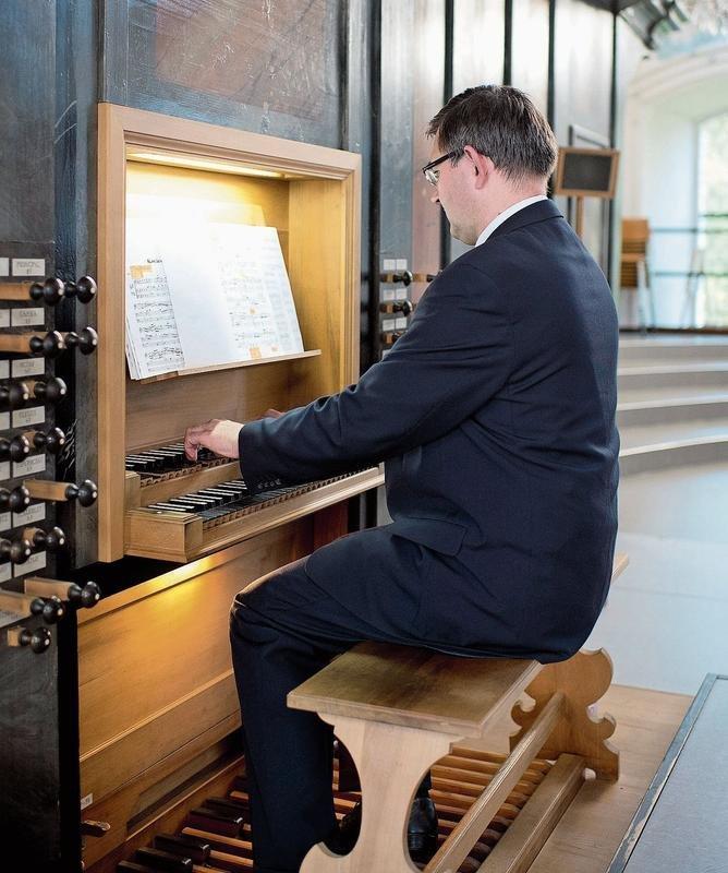 Tamás Kosóczki an der Orgel in der Pfarrkirche Cham. (Bild Maria Schmid)