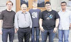 Neue Mitglieder gewonnen: Umrahmt von Dirigent Sebastian Rosenberg (links), präsentierten sich die Neumitglieder Peter Bürgler, Ramon Betschart und Janik Hanselmann, ganz rechts Präsident Roman Flecklin.