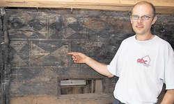 In Steinen an der Mühlestrasse 7: Im Zuge der Bauarbeiten entdeckte der Eigentümer Beat Auf der Maur diese Wandbemalung.
