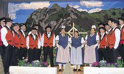 Jodlerabig im Ybrig: Mit einem bodenständigen Unterhaltungsprogramm begeisterte der Jodlerklub Ybrig viele Freunde des Jodelgesangs. Bild Guido Bürgler