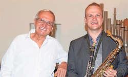 Vater und Sohn teilen sich die Bühne: Urs Wyrsch (links) und sein Sohn Linus geben in der reformierten Kirche in Küssnacht mit weiteren Musikern ein Jazzkonzert.