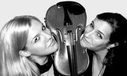 Geben ihr Debüt als Solistinnen: Die jungen Violinistinnen Raphaela Reichlin aus Schwyz und Hanna Landolt aus Rickenbach. (Bild: zvg)