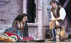 Von Januar bis März: Mélanie Adami als Zigeunerin und Simon Witzig als Zigeunerbaron begeisterten zusammen mit dem Ensemble des Theaters Arth 13 550 Besucher. Bild Christian Ballat
