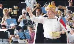 Der böse König (Thomas Gwerder), der im Reich der Tiere die Instrumente verbieten will, amüsierte die Kinder- und Erwachsenenwelt. Bild Christina Teuber