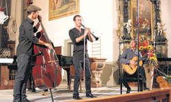 Florian Dohrmann (Bass), David Orlowsky (Klarinette) und Jens-Uwe Popp spielten mitreissende Klezmer-Musik. Bild Lilo Etter