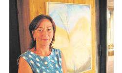 Inspiration liegt in der Farbe: Marianna Wyss mit dem zu ihrem Thema passenden Bild eines soeben geschlüpften Schmetterlings. Bild Patrick Kenel