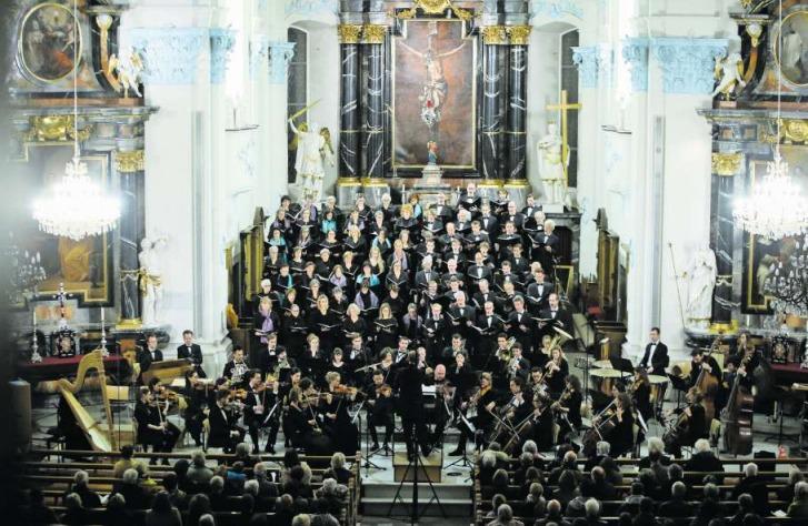 Die beiden Chöre Cantori Contenti und Concerto Vocale beim Auftritt in der Kirche St. Jakob in Cham. (Bild Stefan Kaiser)