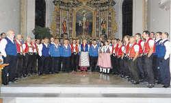 Eindrücklich: Der Gesamtchor beendete das Jodler-Kirchenkonzert mit dem «Kameradenlied» von Mathias Zogg. Bild Konrad Schuler