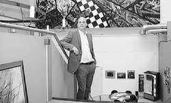 Thomas Eberhart vor einem Bild in der Galleria il Tesoro. Bild Oliver Bosse