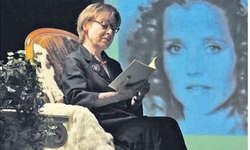 Martina Hirzel und im Hintergrund Effi Briest, gespielt von Hanna Schygulla. Bild Caroline Dettling