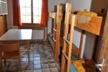 Es gibt bis zu 108 Schlafplätze in verschiedenen Mehrbett-Zimmern: Viererzimmer, ...