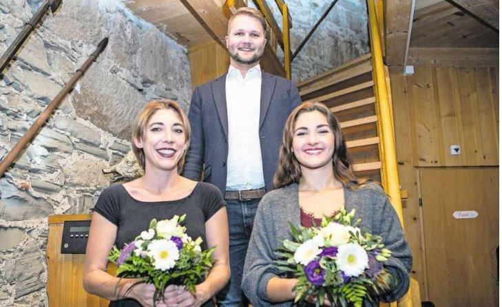 Viel Grund zum Strahlen: Gregor R. Bruhin ist der neue Anführer, respektive designierte Prinz der Letzibuzäli. Auch seine beiden Prinzessinnen Jessica (links) und Laetitia freuts. (Bild Patrick Hürlimann)