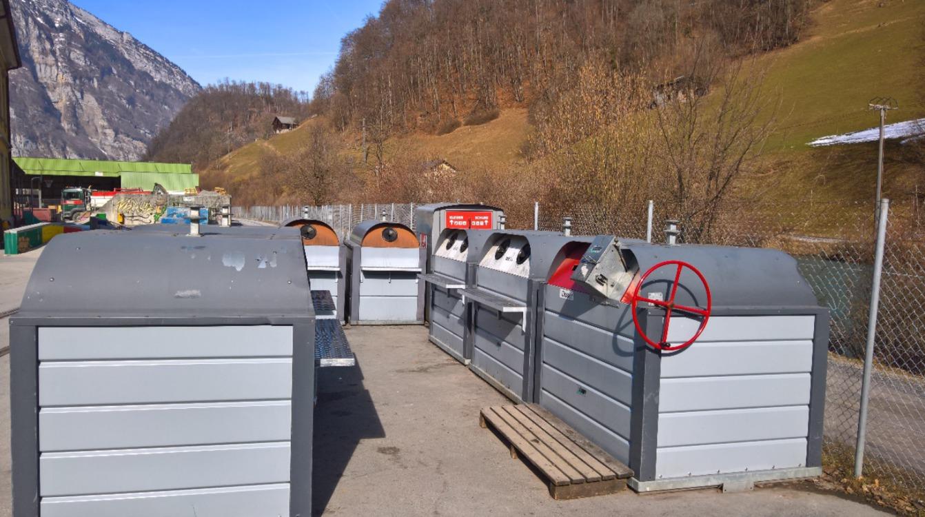 Bei den Sammelstellen der Gemeinden wurden im Jahre 2018 total 1011 Tonnen Altglas und damit über drei Tonnen pro Werktag abgegeben. Die Sammelmenge pro Einwohner liegt im Kanton Glarus mit etwa 25 kg pro Einwohner und Jahr etwas unter dem schwei-zerischen Durchschnitt.